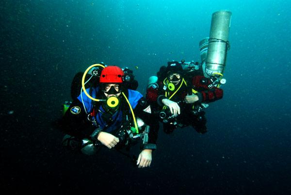 decompressing deep diving team